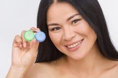 Mulher com o recipiente para lentes de contato Fotos de Stock