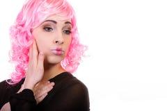 Mulher com o retrato criativo da cara da peruca cor-de-rosa Fotos de Stock