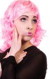 Mulher com o retrato criativo da cara da peruca cor-de-rosa foto de stock royalty free
