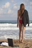 Mulher com o revestimento na praia imagem de stock royalty free