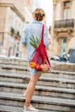 Mulher com o saco completo do alimento que anda fora foto de stock royalty free