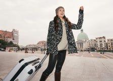 Mulher com o saco grande da bagagem que handwaving a alguém, Veneza Imagens de Stock Royalty Free