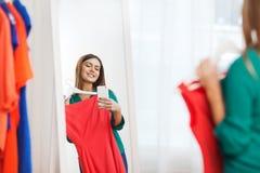 Mulher com o smartphone que toma o selfie do espelho em casa Imagens de Stock