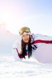 Mulher com o snowboard no inverno imagem de stock