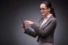 A mulher com o tablet pc no conceito do negócio Foto de Stock