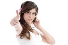 Mulher com o telefone de pilha que mostra o sinal da aprovaçã0 imagem de stock royalty free
