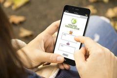 Mulher com o telefone do app do tradutor no parque Imagem de Stock