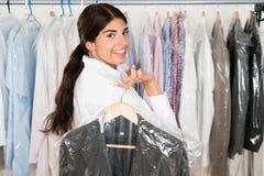 Mulher com o terno na loja fotografia de stock