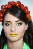 Mulher com o tomate em sua cabeça Fotos de Stock Royalty Free