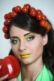 Mulher com o tomate em sua cabeça Foto de Stock