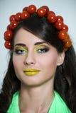 Mulher com o tomate em sua cabeça Fotos de Stock