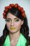 Mulher com o tomate em sua cabeça Imagens de Stock