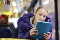 Mulher com o touchpad no ônibus Fotos de Stock Royalty Free