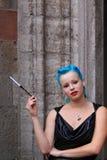 Mulher com o vestido azul do couro do cigarro do cabelo Imagens de Stock Royalty Free