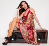 Mulher com o vestido no altifalante Imagens de Stock Royalty Free