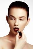 Mulher com obscuridade brilhante da forma - bordos lustrosos vermelhos Composição da forma Imagens de Stock Royalty Free