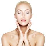Mulher com olhos fechados e mãos na cara da saúde Fotos de Stock