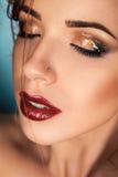 A mulher com olhos fechados e molhados sedutores compõem Imagem de Stock Royalty Free