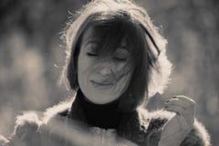 Mulher com olhos fechados e tornar-se do cabelo Imagens de Stock Royalty Free