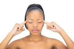 Mulher com olhos fechados que aponta em sua cabeça Fotos de Stock Royalty Free