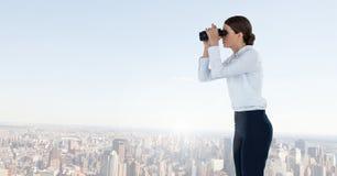 Mulher com os binóculos na cidade imagens de stock