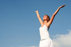 A mulher com os braços largos abre fotos de stock royalty free