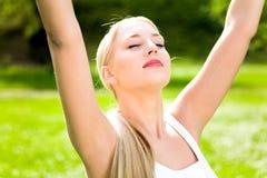 Mulher com os braços levantados Fotografia de Stock