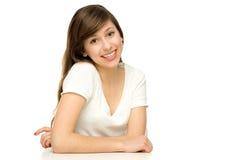 Mulher com os braços que inclinam-se na tabela Fotografia de Stock