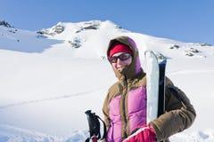 Mulher com os céus em montanhas dos apls Imagem de Stock Royalty Free