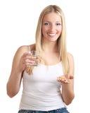 Mulher com os comprimidos do controlo da natalidade Fotos de Stock Royalty Free