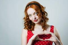 Mulher com os dedos dados forma coração Imagem de Stock Royalty Free