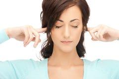 Mulher com os dedos nas orelhas Imagem de Stock