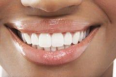 Mulher com os dentes brancos perfeitos Fotografia de Stock