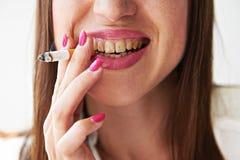Mulher com os dentes sujos amarelos Imagens de Stock Royalty Free