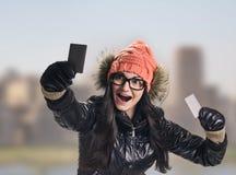 Mulher com os dois cartões de crédito Fotografia de Stock Royalty Free