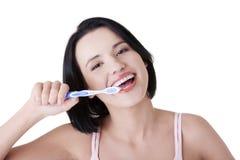 Mulher com os grandes dentes que prendem o tooth-brush Fotos de Stock