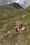 Mulher com os miúdos que caminham nas montanhas, Noruega Imagens de Stock