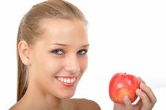 Mulher com os olhos azuis que prendem uma maçã Foto de Stock Royalty Free