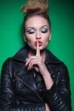 Mulher com os olhos fechados fazendo o sinal do silêncio Fotografia de Stock Royalty Free