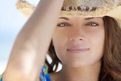 Mulher com os olhos verdes que desgastam o chapéu de cowboy Fotografia de Stock