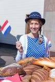 Mulher com os pães que acenam com bandeira holandesa Fotos de Stock