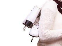 Mulher com os patins de gelo que preparam-se para a patinagem no gelo fotos de stock