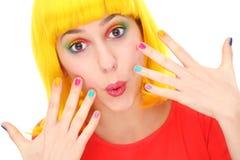 Mulher com os pregos brilhantemente coloridos Imagens de Stock