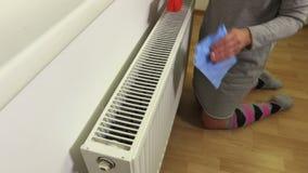 Mulher com os radiadores limpos da escova filme