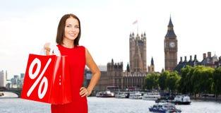 Mulher com os sacos de compras sobre a cidade de Londres Foto de Stock Royalty Free