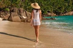 Mulher com os sarongues na praia em Seychelles Fotografia de Stock Royalty Free