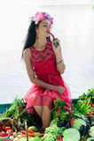 Mulher com os vegetais que apreciam a pimenta Imagem de Stock Royalty Free