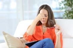 Mulher com os vidros que sofrem a fadiga ocular imagens de stock royalty free