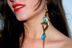 Mulher com ouro e azul do brinco Imagem de Stock
