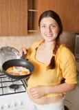 Mulher com ovos fritados e bacon Imagem de Stock Royalty Free